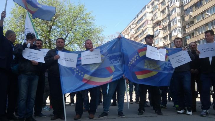 Sindicaliştii din transportul feroviar protestează în faţa Ministerului Transporturilor