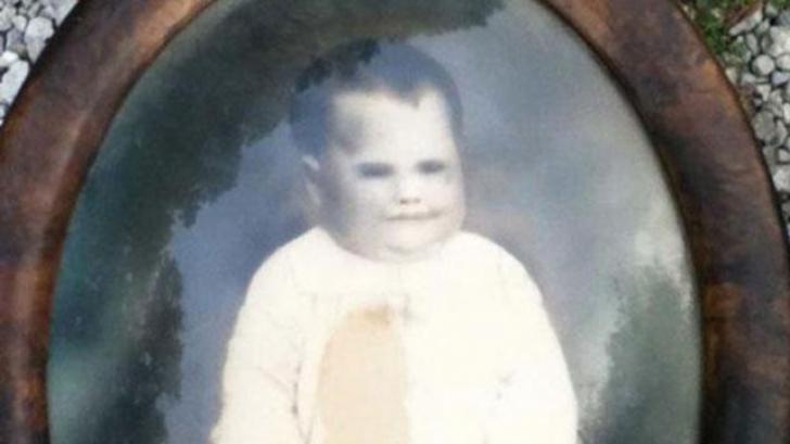 În podul casei închiriate a dat peste un tablou straniu. Cine era copilul cu ochii negri?