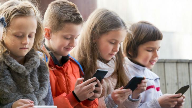 Ce efect negativ are timpul îndelungat petrecut pe telefon pentru cei mici