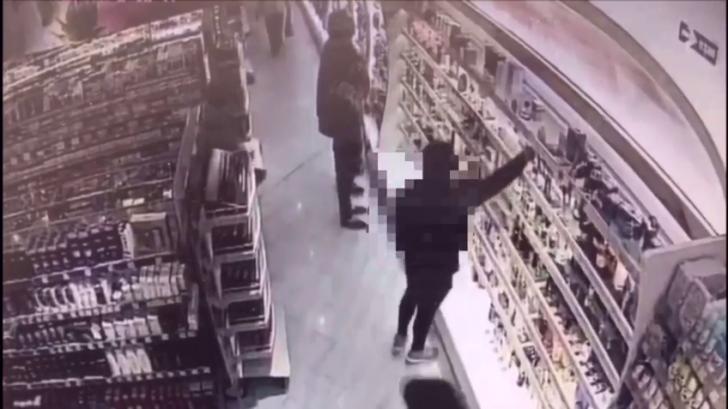 VIDEO - Momentul incredibil în care un hoț este prins de un cumpărător în magazin