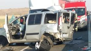 Impact nimicitor între un TIR și un microbuz, lângă Timișoara: oameni răniți, trafic blocat