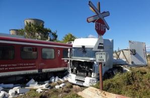 Incident feroviar, în jud. Dâmbovița: un tren a deraiat, după ce a lovit un TIR