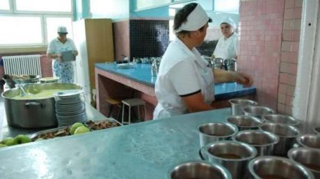 Nereguli în cantinele școlare și la unitățile de catering care asigură hrana elevilor