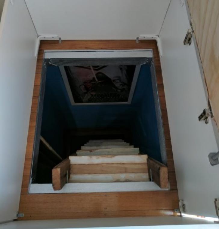 Soţia a găsit o trapă secretă în dormitor. A coborât şi a văzut ce ascundea soţul. A cerut DIVORŢUL