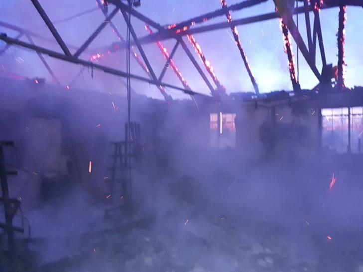 FOTO-VIDEO| Incendiu puternic la o hală industrială de lângă Simeria