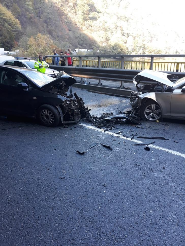 Accident cu 5 victime, pe Valea Oltului: două mașini, făcute praf!