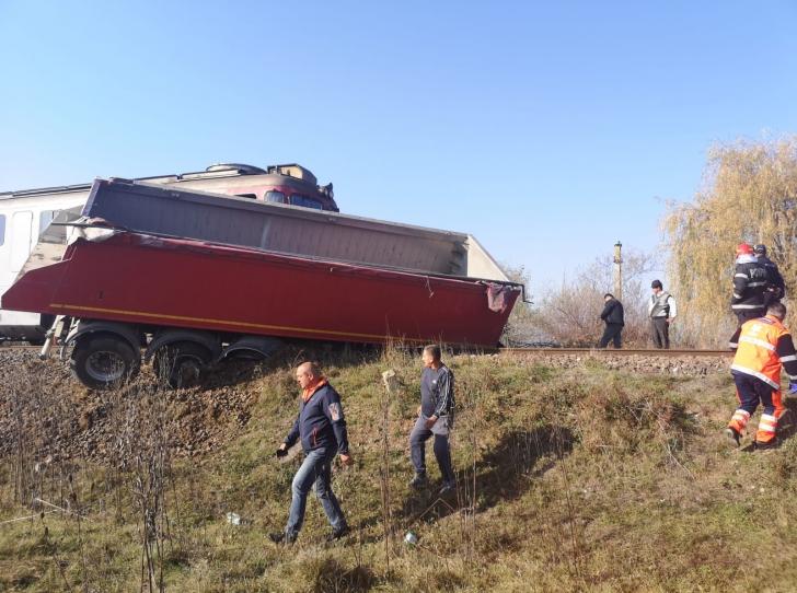 Trafic feroviar blocat în Sibiu. Un tren care transporta echipament militar a lovit un camion(Foto)
