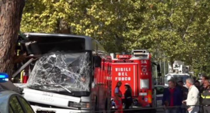 Accident înfiorător, în Roma: zeci de victime, după ce un autobuz a intrat într-un copac