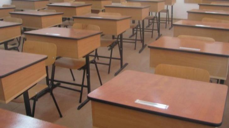 Anchetă la o școală din Dâmbovița: profesor acuzat că a mângaiat și sărutat elevi