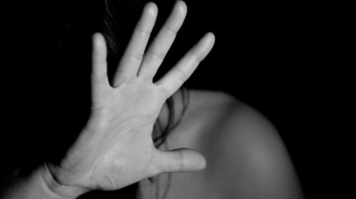 Un polițist din Olt a bătut o femeie, după ce ar fi încercat să o violeze