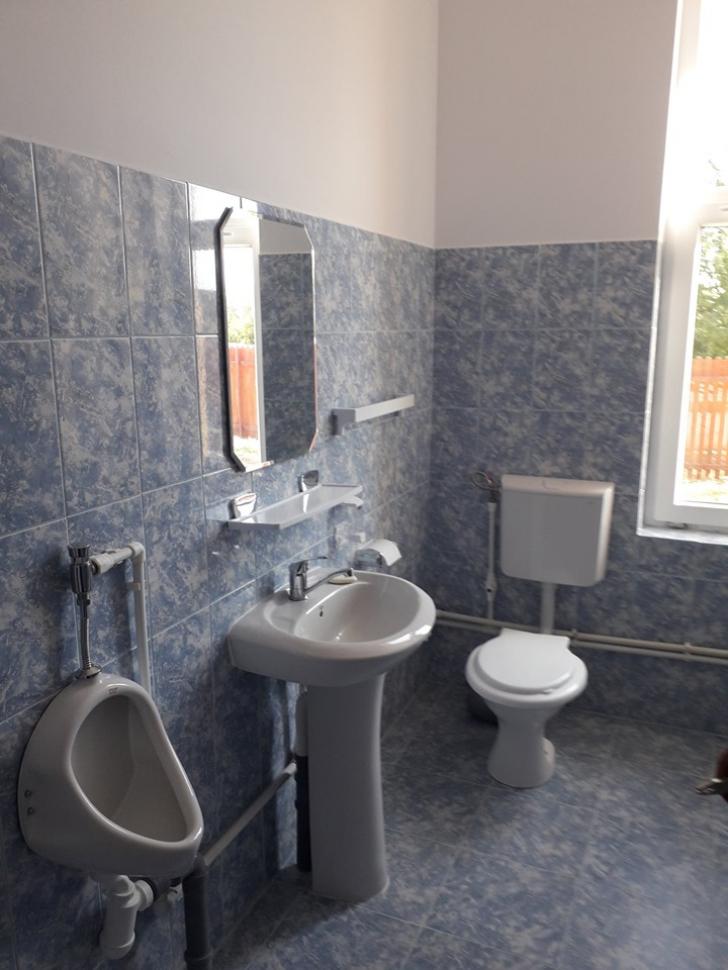<p>Toaletă de 50.000 de EURO, bani publici, într-o școală din Ialomița</p>