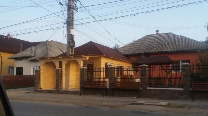 Cazul casei ridicate în jurul stâlpului de electricitate. Cum justifică proprietarul contrucția