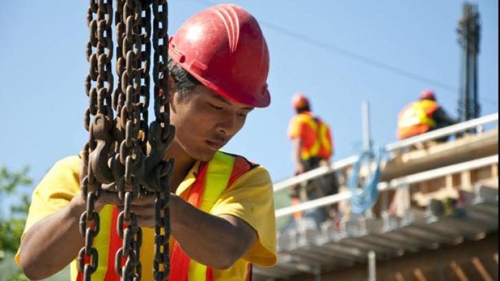 Muncitori străini în România - pragul va fi ridicat la 30.000 în 2020