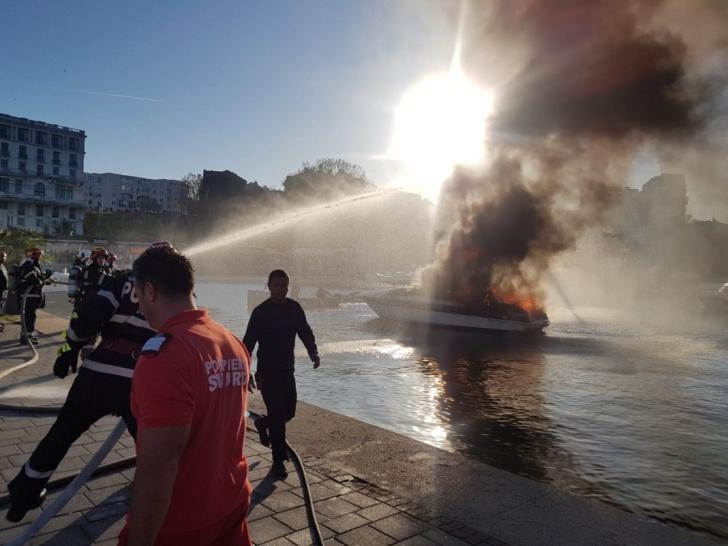 VIDEO - Explozie urmată de incendiu, la bordul unei ambarcațiuni din portul Tomis