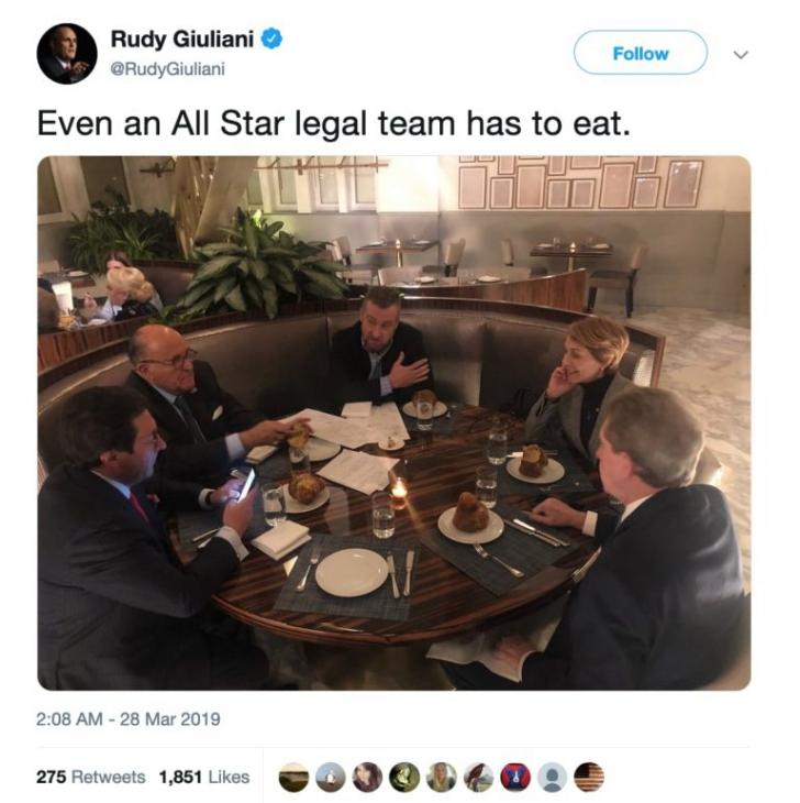Misterul unei fotografii. Dăncilă, în hotelul lui Trump, lângă controversatul Giuliani