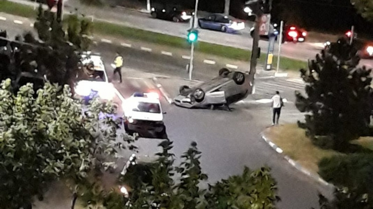 Impact nimicitor între două mașini: o victimă. O mașină s-a răsturnat