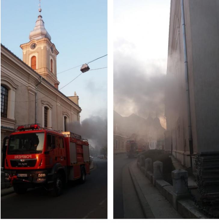O cunoscută biserică din Satu Mare, în flăcări. Mai multe piese valoroase au luat foc