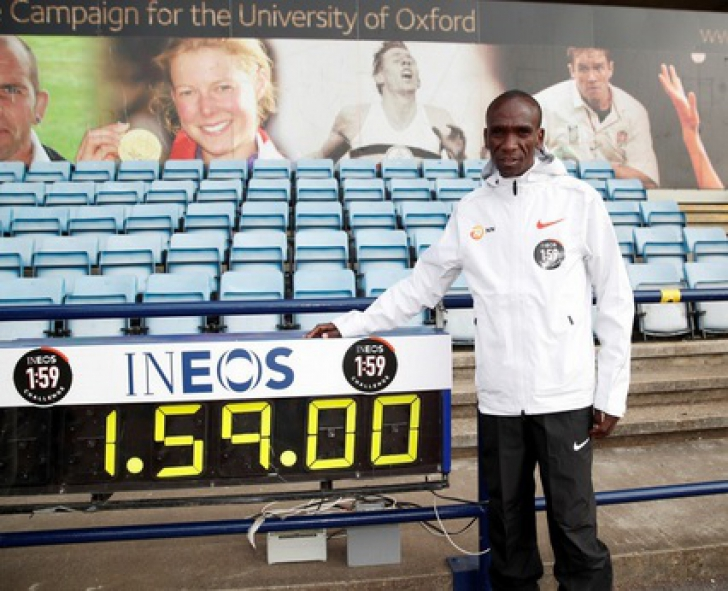 Kenyanul Eliud Kipchoge a devenit primul om care a alergat maratonul sub două ore