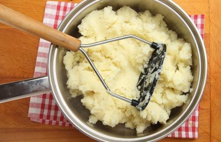 Așa faci cel mai bun piure de cartofi. Un ingredient pe care şi tu îl ai în casă face diferenţa