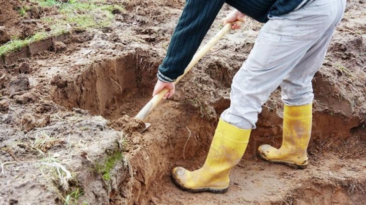 Descoperire macabră la dezgroparea bărbatului îngropat sub un mal de pământ. Cum a murit?