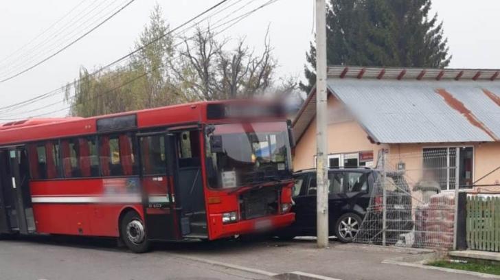 Un autobuz cu 14 călători, implicat într-un accident rutier