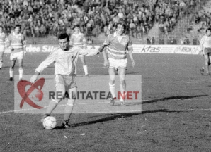 Romania - Danemarca 1989. Momentul in care Ioan Sabau suteaza si inscrie golul 2. Arhiva: Cristian Otopeanu