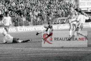 Imagine de la meciul Romania - Danemarca 3-1 din 1989, scanata de pe negativul original. Golul trei al Romaniei, marcat de Gabi Balint. Arhiva: Cristian Otopeanu