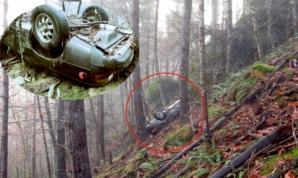 Mașină dispărută în urmă cu 27 de ani, găsită într-o pădure, înfiptă în pom. Oribil ce era lângă ea!
