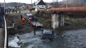 """Au vrut s-o ia pe """"scurtătură"""", dar au rămas cu mașina în mijlocul râului. Șocant ce a urmat!"""