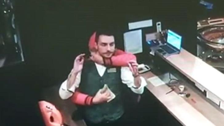 Jaf armat la un cazino. A amenințat un angajat cu cuțitul și a fugit