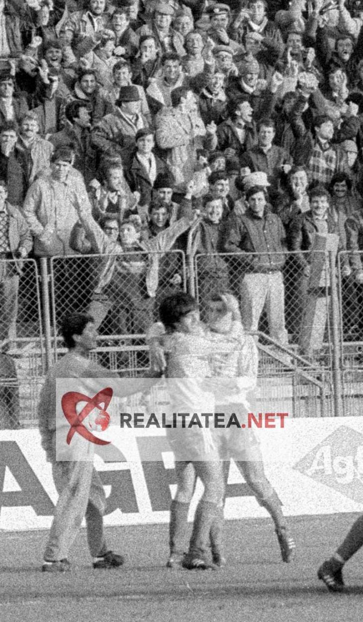 Imagine de la meciul Romania - Danemarca 3-1 din 1989, scanata de pe negativul original. Lacatus (stanga) il felicita pe Ioan Sabau dupa gol. Arhiva: Cristian Otopeanu
