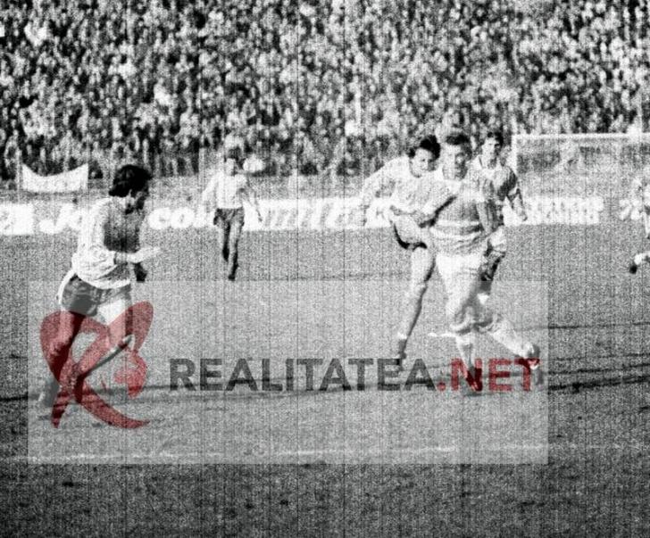 Imagine de la meciul Romania - Danemarca 3-1 din 1989, scanata de pe negativul original. Danut Lupu suteaza spre poarta daneza. Arhiva: Cristian Otopeanu