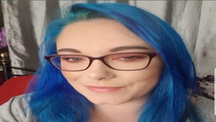 Soția însetată de sex și-a vopsit părul albastru și îi hărțuiește pe bărbații căsătoriți