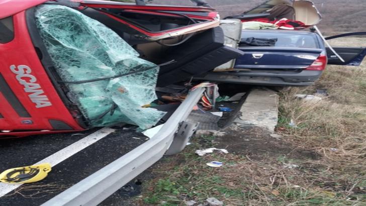 Accident mortal, pe Valea Oltului. Un TIR s-a răsturnat peste o mașină