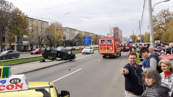 Accident grav, în Craiova. O mașină s-a răsturnat, într-o stație de tramvai: 4 victime