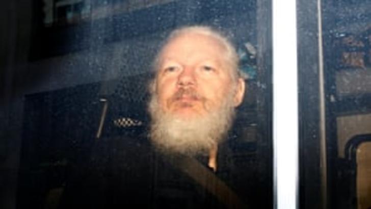 Julian Assange scapă de acuzațiile de viol