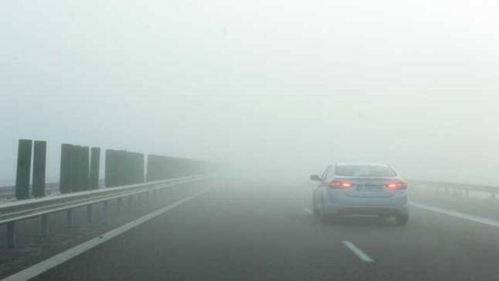 Alertă pentru șoferi, ceață deasă pe șoselele din Moldova și Oltenia, vizibilitate sub 50 de metri