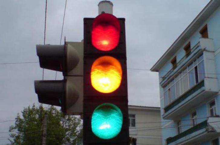 Incident șocant, în Capitală: BĂTAIE în trafic, la semafor