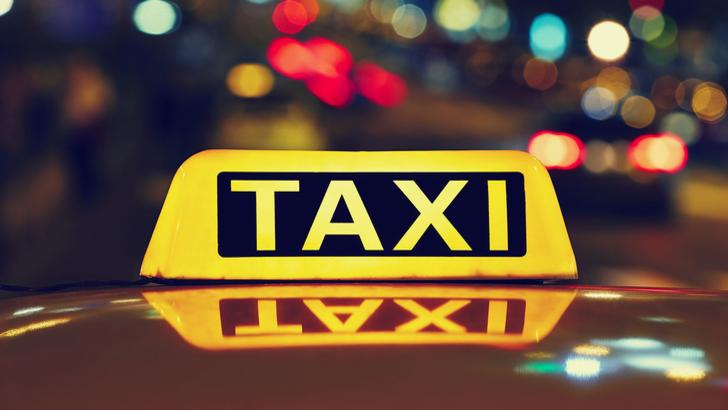 Taximetrist orădean, bătut de un client pentru că nu i-a luat banii pe cursă