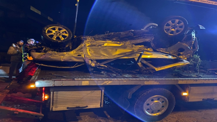 Accident cumplit, în Reșița: un mort, după ce mașina a fost aruncată dintr-un stâlp în albia râului