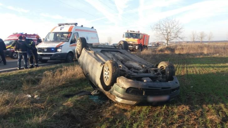 Accident spectaculos, în Dâmbovița: 3 răniți, după ce mașina s-a răsturnat pe câmp