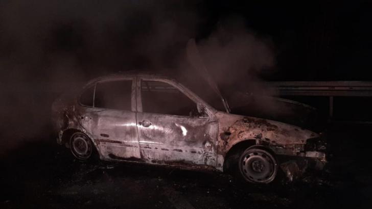 Mașină mistuită de flăcări, într-o parcare pentru TIR-uri. Cauza incendiului