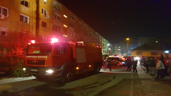INCENDIU VIOLENT, în jud. Caraș-Severin. Deșeurile rămase după reabilitatea blocurilor au luat foc