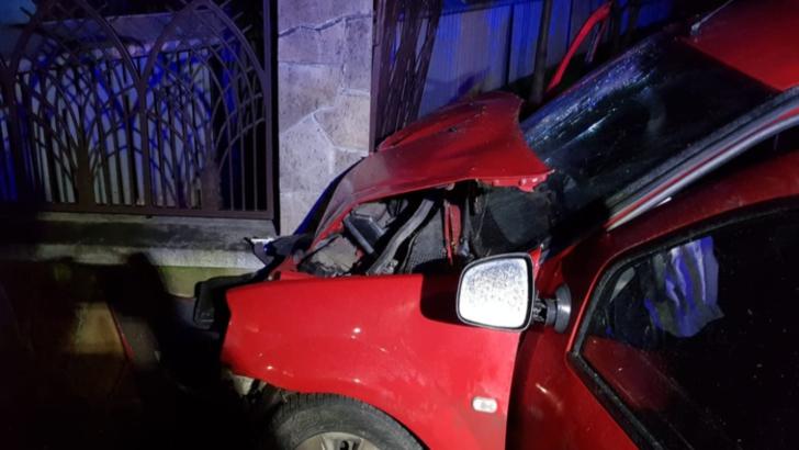 Accident grav, în jud. Suceava: 4 victime, după ce s-au izbit cu mașina de un gard de beton