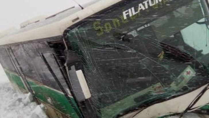 Un autobuz a intrat într-un cap de pod, la Corocăiești - Suceava