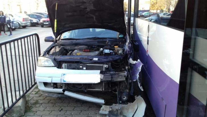 PANICĂ la Timișoara! Mașină proiectată în stația de tramvai: mai multe victime
