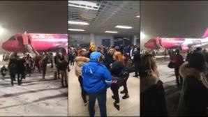 Panică pe aeroport! Un avion WizzAir plin de români a luat foc la decolare