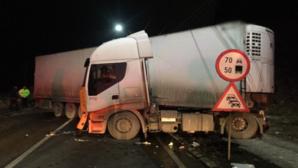 Trafic blocat, la Sinaia, după ce un TIR cu banane a derapat