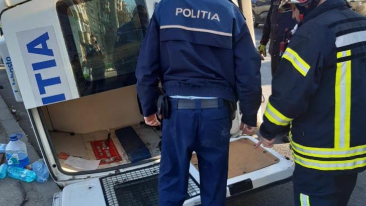 Accident în București. O dubă de Poliție s-a răsturnat după ce a lovit două mașini