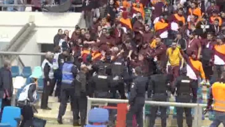 Bataie generala la handbal! Fanii rapidisti, incidente violente cu fortele de ordine
